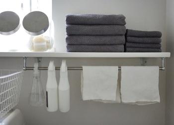 洗剤やタオル、洗濯カゴなど何かとモノが増えがちなランドリースペース。もっと使いやすく、スッキリさせたい。そこで考えたのが、空いたスペースを有効活用するというアイデア。