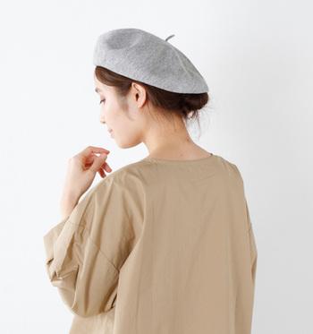 ベレー帽はアップスタイルとも相性◎ 低めの位置でまとめるのがポイントです。