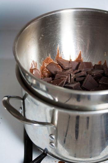 生地に混ぜたり、トッピングするときにバターやチョコレートなどを溶かすときには湯せんをします。直火で溶かすと焦げ付いたり風味がかわってしまうこともあるのです。  ボールや鍋に熱湯を注ぎ、その上に材料を入れたボールを浮かべてゆっくり混ぜ溶かしていきます。