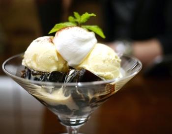 美味しい珈琲を使った、コーヒーゼリーとアイスクリームは、人気のメニューのひとつです。ほのかな苦みと甘いアイスクリームが絶妙です。