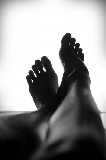 かかとから着地する歩き方は、足の裏全体を使います。それにより、足裏の血行が促進されむくみの解消も期待できます。靴の減りが外側に集中している方は特に、正しい歩き方をしっかりと身につけましょう。