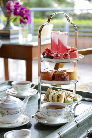 こちらの人気メニューが、季節のアフタヌーンティー。本格的な英国式アフタヌーンティがいただけるんです。見た目の可愛らしさと美味しさの虜になってしまいそう。紅茶は、20種類以上もの中から選べ、おかわりや取り換えも自由なので、ゆっくり過ごすことが出来ます。