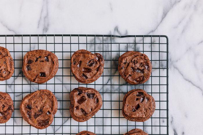 生地を作る時点で、小麦粉にココアパウダーや抹茶などを一緒に混ぜて焼き上げてもGOOD。固めの生地のクッキーやケーキならあえてざっくり混ぜて焼くとマーブル状に仕上がりますよ。