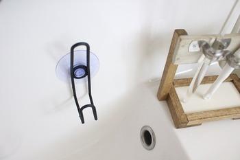 うがいや歯磨きなどで使うコップも清潔に保ちたいですね。毎日使うものだからこそ、水切りもきちんと。こちらでは100円ショップのワイヤーフックを利用します。