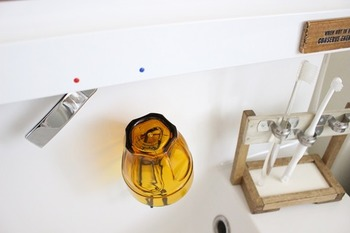 本来、台所のスポンジやペットボトルの水切りなどに使うものですが、洗面所に設置することでコップ置き場にも早がわり。これなら逆さまに掛けておくだけで水切りもできて、場所もとらずに収納できます。