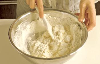 """小麦粉には大きく分けて""""薄力粉""""と""""強力粉""""の2種類があります。お菓子作りには""""薄力粉""""を使い、強力粉は主にパン作りなどに使われます。  使うときは、粉をふるいにかけてダマをなくしておきましょう。"""
