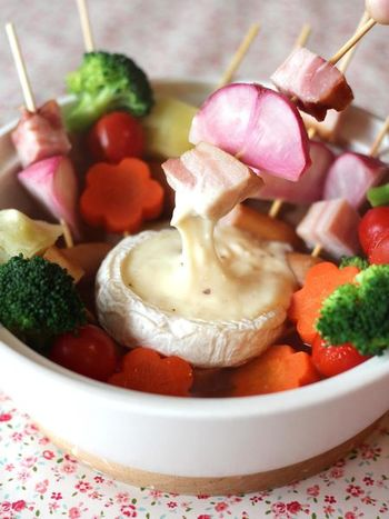 コンソメスープにカマンベールチーズを浮かべたユニークな鍋。カマンベールチーズに具材を絡めて食べるとクセになる美味しさ。コンソメスープで煮ているのでそのまま食べても美味しいですよ♪