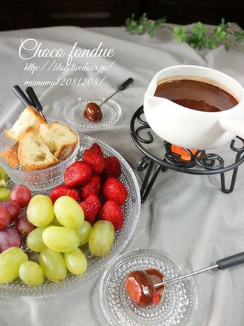 パーティーのデザートにぴったりな簡単チョコレートフォンデュ。フルーツが甘いので、チョコレートはビターにすると絶妙なバランスになります。チョコレートにフルーツをくぐらせて、食べたら誰もが笑顔になりますよ♪