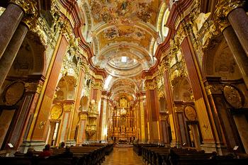 豪華絢爛という言葉がぴったりの教会がこちらです。実際に目の前にしたら、しばらく見入って時間が経つのも忘れてしまいそう。