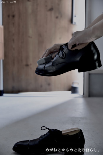 使用頻度の高い靴や、普段使いのサンダルなど出しておきたい場合もありますよね。履いた靴をすぐ収納するのは気が引けるということもあるでしょう。玄関に出しておく靴は磨いたり、汚れを拭き取って、きれいに並べておけば美しく見えますよ。