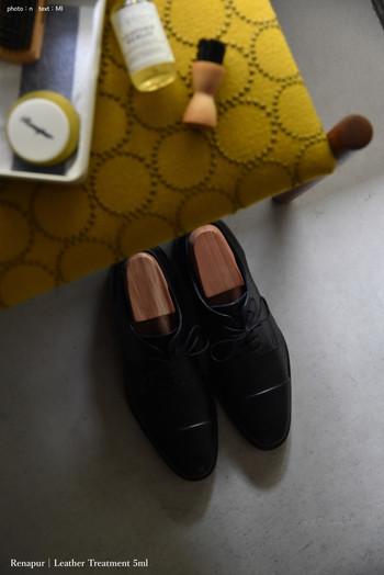 置きたい物から収納アイテムを考えることで、使い勝手も見た目も素敵な玄関になりそうですね。美しい玄関には美しい靴を。よくメンテナンスされた靴があると、おしゃれ度もUP。出しっぱなしでも素敵なディスプレイになりますよ。