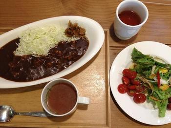 「加賀カレー」。シンプルな食器は店のオリジナルだそう。