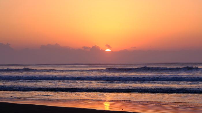 サーファーにも人気のスポットで、打ち寄せる波の姿を見ているのはあきません。静かに沈んでいく夕日に、砂浜が照らされてとってもきれいですよ。