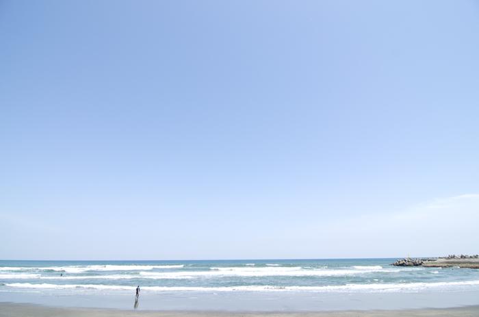 東京から車で1時間の「九十九里浜」。全長約66キロメートルもの海岸で、ぐるりと太平洋の海が望めます。日本の白砂青松100選と日本の渚100選にも選ばれていて、きれいな海が堪能できます。