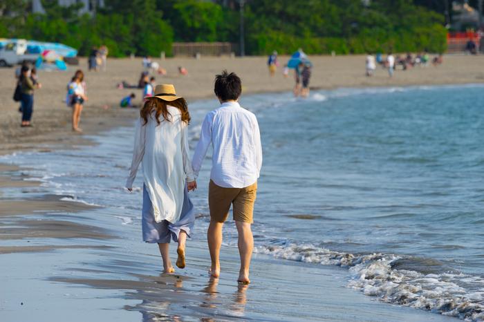 江の島や富士山が望め、海水浴場としても人気の「森戸海岸」。穏やかな波が、静かに打ち寄せます。天気がいい日には、裕次郎灯台や江の島超しに雄大な富士山の姿が見られます。