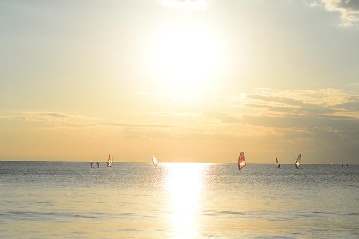 ヨットが行きかう海を、輝く太陽が照らし出して、とてもきれい。大きく広くきれいな海を、夫婦二人で見ていると、日々の忙しさも忘れ静かな時間を過ごせそうですね。