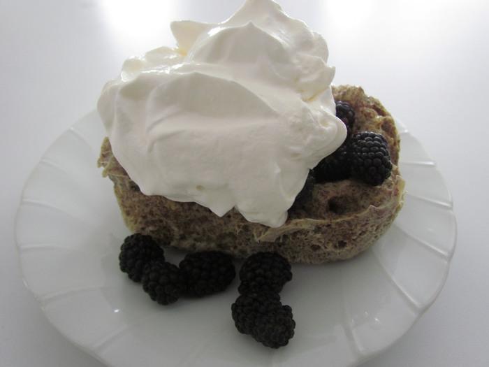 お菓子のデコレーションで王道なのが生乳から作られるこっくりとした生クリーム。生クリームのほかにも、植物性の原料で作られたホイップクリームもあります。生クリームよりもさっぱりとした風味で、乳化剤や安定剤などが含まれいているため生クリームより日持ちするのですが、ナチュラル派さんはやはり生クリームを選びたいところ。  メレンゲ作りと同様に、氷水でボールを冷やしながら泡立てると固いクリームがいつもより早く完成しますよ。