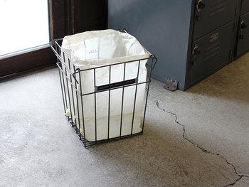 インダストリアルなテイストのワイヤートラッシュカン、ゴミ箱です。袋を無造作にくしゃくしゃっと入れれば、スタイリッシュなゴミ箱として使えます。