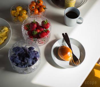 ガラスの器は、フルーツを入れたり、かわいいスイーツを入れたりと、食卓で大活躍。こちらはイッタラの美しいガラスボウルです。