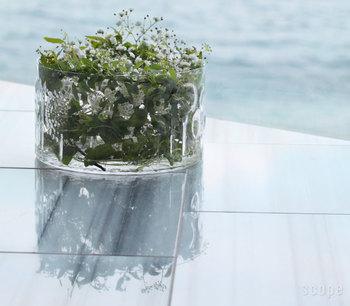 こちらも花器としてこんなに素敵に使うことができますね。存在感のある佇まいでグリーンを飾ることができます。