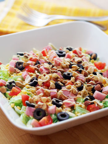 オリーブやミックスナッツを加えて、食べごたえ満点に。水気の多いレタスは、食べる直前に混ぜるのが美味しく仕上げるポイントです。このままサラダとしてだけでなく、パンに挟んで食べてもよさそうです。