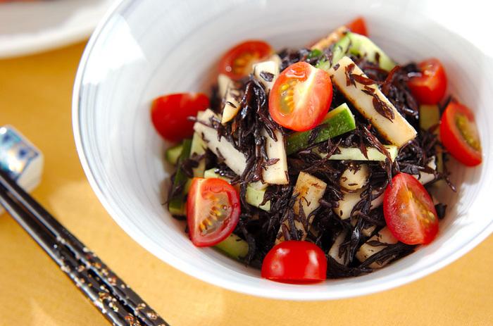 芽ひじきやゴボウを加えて、食物繊維たっぷりに。調味料にお醤油を使用することで、和風のチョップサラダを楽しむことができます。お米やお味噌汁と相性がよさそうですね◎