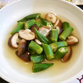 香り豊かでクセがないキノコ類も、煮びたしにぴったりの食材です。椎茸とオクラをひと口大にカットして、食べやすく仕上げています。