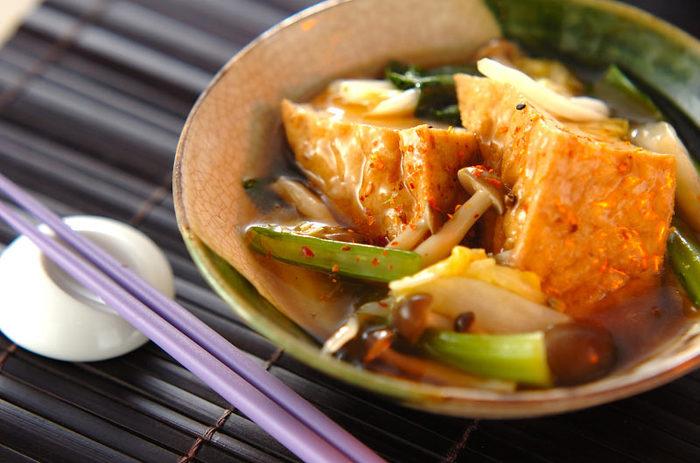 厚揚げと小松菜の煮びたしも、シメジや白菜を加えれば、ボリュームたっぷりのレシピに。仕上げに水溶き片栗を加えることで、とろっとろの仕上がりに。一味唐辛子や七味唐辛子を散りばめて、ビールにぴったりなピリ辛の煮びたしができあがり。