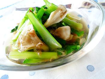 青野菜の煮びたしレシピといえば、外せないのが小松菜。シャキっとした歯ごたえと、独特のコクのある味わいを楽しむことができます。煮だった出汁にマイタケと小松菜を加えて、茹でただけの簡単レシピ。出汁にかつお節を加えることで、風味豊かに仕上げています。