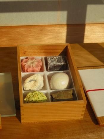 春日大社や薬師寺にもお納めしているという和菓子は、どれも格別の美味しさだと評判です。一階には、職人さんが繊細に仕上げた生菓子が並んでいます。旅の思い出に、とっておきのお土産として持ち帰るのもいいですね。