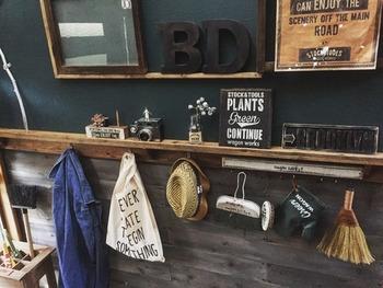玄関でよく使うお掃除用品やおでかけグッズを見せながら収納。こちらの棚はDIYなのだそう。おしゃれと実用性を兼ねたアイディアです。