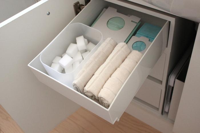 洗面台の下の引き出しに、よく使うものをひとまとめ。メラミンスポンジは一番取り出しやすいところに収納することで、こまめにお掃除できそう。
