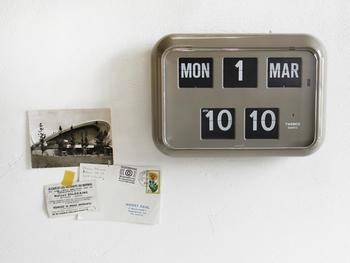 紙のカレンダーから趣向を変えて、こんなメタルテイストの壁掛け時計はいかが?ちょっぴりレトロでマニッシュな雰囲気が素敵。