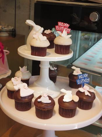 店内には、思わず「わあ!」と声をあげたくなるくらい、キュートなカップケーキが並びます。お値段はどれも200円前後ととってもリーズナブル。毎日、定番のフレーバーと季節限定のフレーバーが8~10種ほど並ぶそうですが、人気のお味は売り切れてしまうことも。