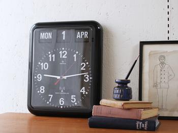 カレンダーと時計、毎日見るものを一つにまとめたスタイリッシュなカレンダークロック。見やすい文字盤と赤い秒針がポイントです。