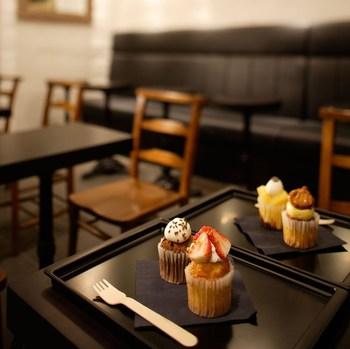 店頭に並ぶカップケーキは、季節のフルーツを使ったフレッシュカップケーキと、お土産にも使えるベイクドカップケーキの2種類。どちにも日本人の口に合う、甘さひかえめで上品なお味です。