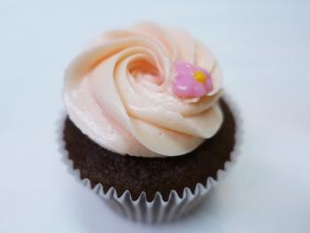 カラフルだけど上品なカップケーキたちこそ、イギリスで長年愛されているものそのままの姿。チョイスに迷ったら、マダガスカル産の香り高いバニラが味わえるバニラフロスティングが乗ったものがおすすめです。