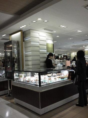 青山の大人気ケーキ店アニバーサリーが、365日楽しんで欲しいという趣旨で出店した、伊勢丹新宿店内にあるお店。店名には季節折々の「OLIOLI」を冠し、その名の通り店頭には四季に合わせた色鮮やかなスイーツが揃っています。
