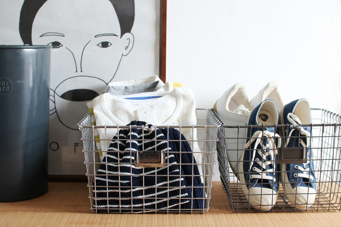 軽くて丈夫なワイヤーバスケットは、ヴィンテージライクなインテリアにも馴染む、無骨な佇まいが魅力。洋服や靴、タオルや雑誌などを無造作に入れて床においてもなんだかオシャレ♪中身が一目瞭然なのも便利です◎!  アメリカで25年ワイヤー製品を作り続ける「SPECTRUM(スペクトラム)」社製で、食器や缶詰など少々重さのあるものも入れても大丈夫なタフなつくりになっています。