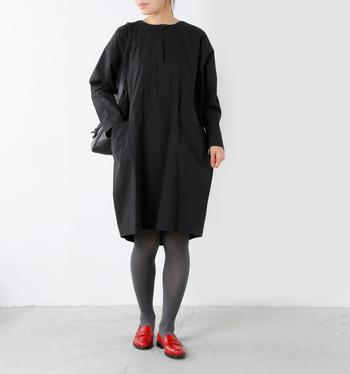 洋服の派手カラーには抵抗のあるという方も、靴は、すんなりいつもの服に馴染んでくれるので取り入れやすいはず。カラーの靴は、モノトーンコーデのアクセントとして、活躍してくれること間違いなしです。