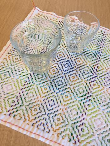幾何学模様も、優しいグラデーション糸で刺すと売り物のテキスタイルのよう。和も洋にも合いそうです。