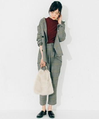 今年トレンドのファーバッグ。色やデザインによってはちょっぴり子供っぽく見えてしまうこともありますよね。シンプルなデザインを選べば、カジュアルからきれいめまで幅広いコーデに合わせられます。