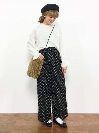 ボア素材のショルダーバッグは、秋冬にぴったりの温もりのあるデザイン。細い肩ひもが女性らしく、優しい印象を与えてくれます。ガーリーなコーディネートに季節感が加わりますね。