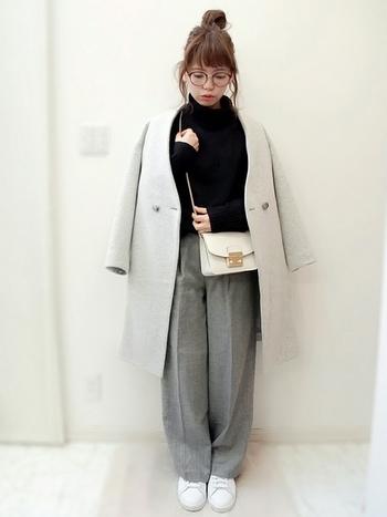 大きめの留め具が印象的なホワイトのバッグも、どこか懐かしいクラシカルなデザイン。コートとパンツをグレーの濃淡でコーディネートして、バッグを品のある差し色に使っています。