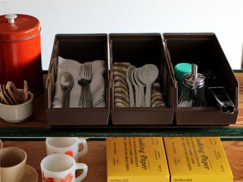 ごちゃごちゃしてしまいがちなカトラリー類。こちらの「オーガナイザー」は、昔から世界中のホテルやレストランなどで愛用されている商品なんです。スプーン・フォーク・調味料などがすっきり片付きますね。