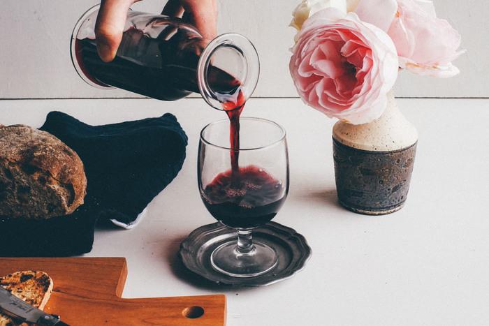 ウォーターカラフェも多様な使い方ができるアイテム。お水だけでなく、赤ワインを入れてもおしゃれ♪