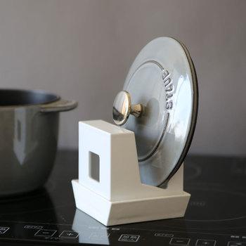 逆さまにして、お鍋の蓋スタンドにしたり、まな板を立てたり、使用中の菜箸やおたまを置いておくこともできます。