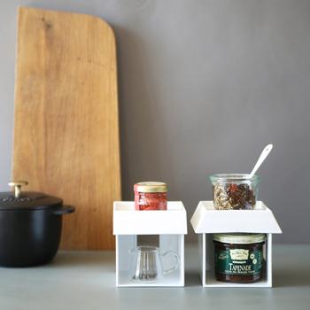 おうちの形をしたこちらは、その名も「マルチスタンド」。キッチンで何通りもの使い道ができる便利グッズです。 このように調味料スタンドとして使ったり…