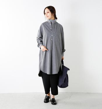 ノーカラーのシャツワンピースに、同色のタートルネックと黒いパンツを合わせた着こなしです。寒さが気になってくる季節には、インナーもパンツも合わせてワンピースでもしっかり防寒しましょう♪