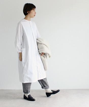 白色のワンピースにチェック柄のパンツを合わせた、季節感のある着こなしです。パンツの裾を折返して白色の靴下を見せることで、柄パンツの面積を少なくしてすっきりした印象に。
